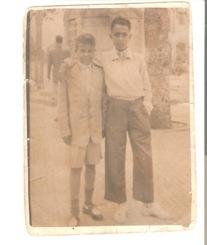 Ahmed Chouirdi, con pantalón corto, y su amigo Filali, en la Plaza de España. (Foto tomado con cámara de cajón con trípode)