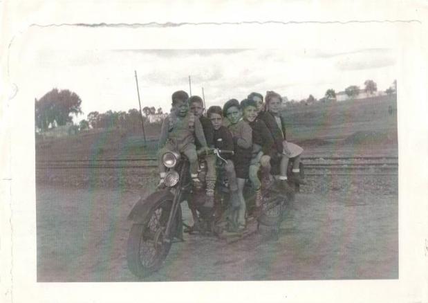 Sobre la Norton de mi abuelo: el tercero es Juanito y la útima mi madre, están con Angel Muñoz, Eduardo Morales, Pepe Muñoz y Emilio Morales