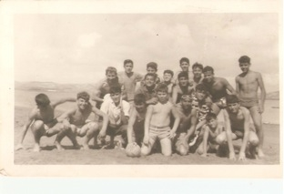 En la playa de la otra banda. Chouirdi, el  segundo a la derecha en la ultima fila. Foto Casa Samot, Larache