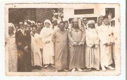 Los de Larache de antaño (11 - 08 - 1956. (Con motivo de la espedida del Gobernador de  Larache  El Meknasi)  De izquierda a derecha, primera fila : Bellefkih, Piro, Amiar,  Mrini,  Chouirdi, Abdelmalek el Harrak,   Lamzouri y Demga. Segunda fila : Ben mussa,  ( ?),  Hommàn ludiyi, ( ?),  Lamaallem Jilai . Detràs de éste ultimo està Dris Jebari .
