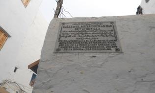 Placa coronando la calle Almotamit Ben Abbad, Rey de Sevilla (foto de Chouirdi - sept 2012)