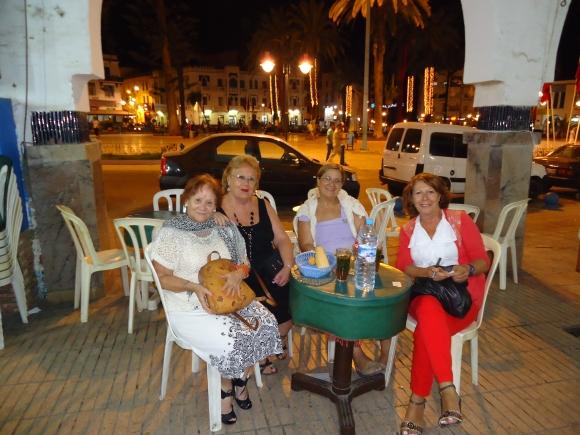 Mercedes, Maru, Ange y Maribel en la Plaza de España de Larache