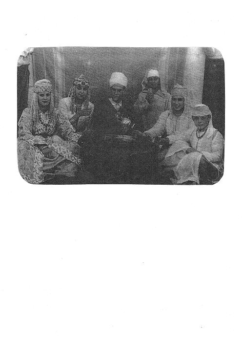 Maru, a la derecha en la imagen, tomando té en una fiesta en Larache