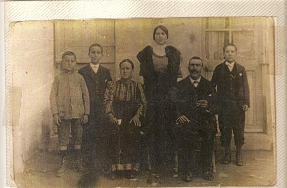Abuelos paternos de Paco Rodríguez recién llegados con sus hijos a Larache en 1915