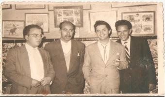 Antonio Molina en el Restaurante EL POZO, del Café Central, Larache – 3 de Noviembre de 1958. El hermano de Ahmed Chouirdi aparece el primero a la izquierda, con gafas. A la derecha está El Hamdouchi, padre del campeón de Marruecos de ajedrez. Foto Salvador.
