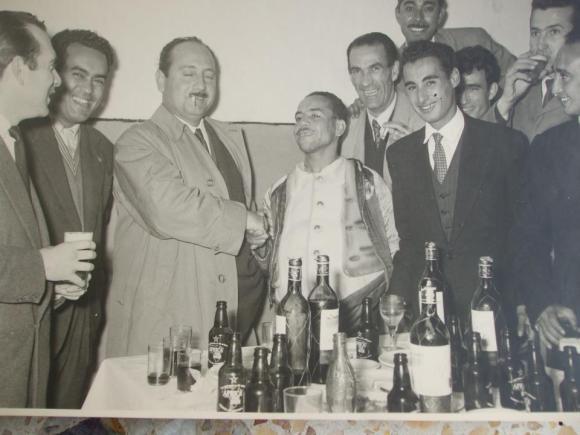 1957: Homenaje al limpia más famoso de Larache (en la foto el padre de Antonio Lozano haciendo entrega del premio)