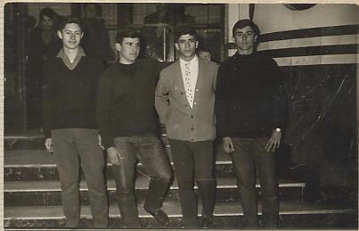 Saliendo del Cine Ideal: Manolo Abad, Jose Mari González, De Juana y Alfonso Ariza