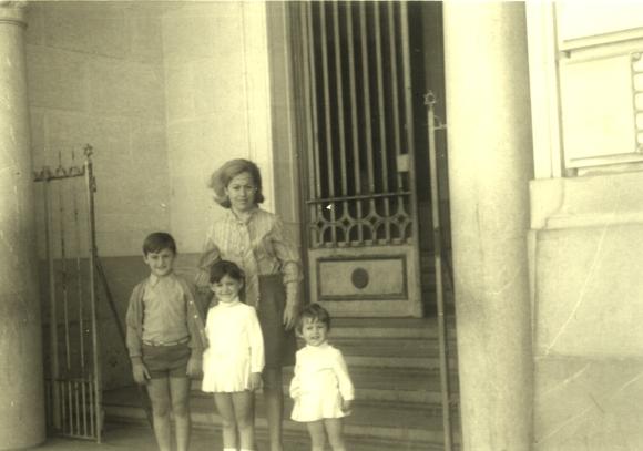 Sergio Barce en la puerta de entrada del edifico Uniban, con mi madre y mis hermanas