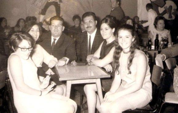 Carlos Galea, Rosendo y las dos Africas, junto a otras chicas