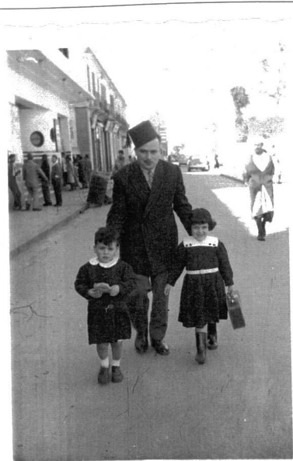 Dris Diuri con sus hijos, en la calle Chinguiti de Larache