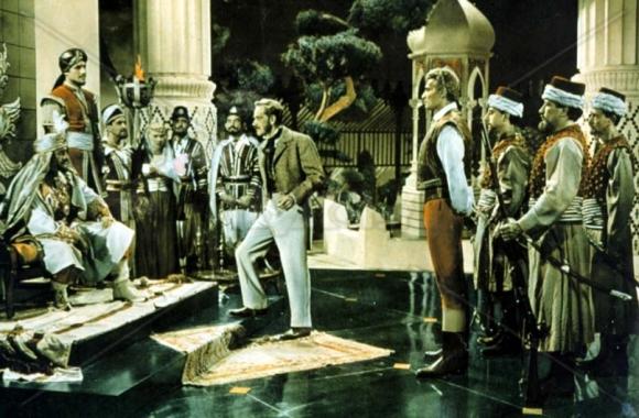 Yankee Pasha - Jeff Chandler es llevado ante la presencia del Sultán (Lee J. Cobb)