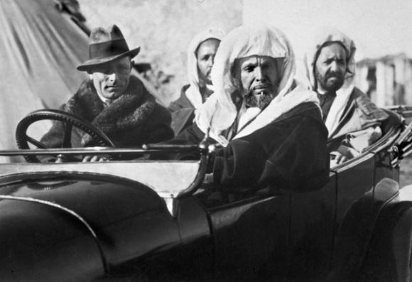 Fotos Pepe Ponce 3 - el jefe de la cabila SIidi Abd el Kader, con dos lugartenientes, en visita al zoco el Hach àra retirar armas a los cabileños
