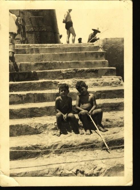 León Cohen con su hermano David en el espigón de Larache