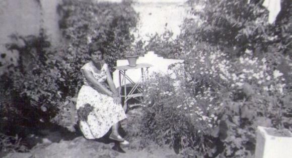 1958- la madre de Alicia en el patio trasero de su casa, poco antes de abandonar Larache