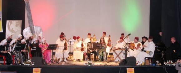 La intérprete larachense Raouya Ismaili cantando