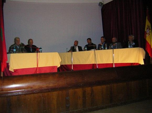 Colegio Luis Vives de Larache, en 2006. Mohamed Sibari escucha a Said Jedidi. Luego intervenimos Mohamed Akalay, José Mª Montes, el cónsul de España don Javier Jiménez Ugarte y yo.