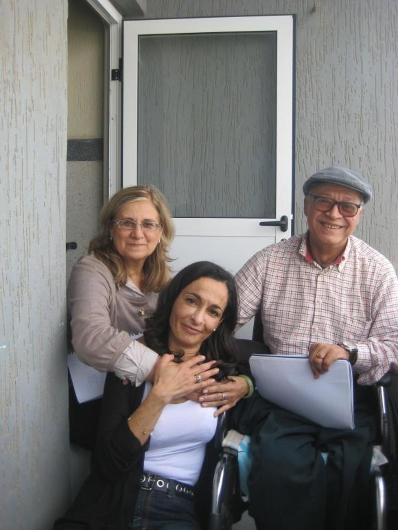 Esta foto la tomé en el balcón de la casa de Sibari, un día que se sintió muy feliz: posando junto a Ange Ramírez y Fatima el Bouthoury