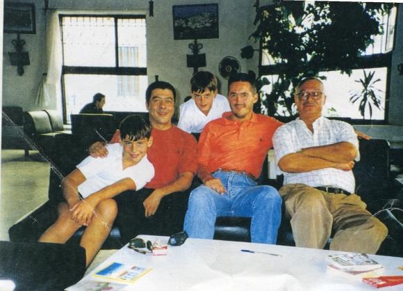 Larache- Casa de España, hace unos años: estamos Mohamed Sibari, Lotfi Barrada y yo, con mis dos hijos, Sergio y Pablo