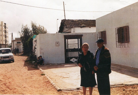 En Larache - Mohamed Sibari con mi madre, a la puerta de la que fuese la casa de mi bisabuelo