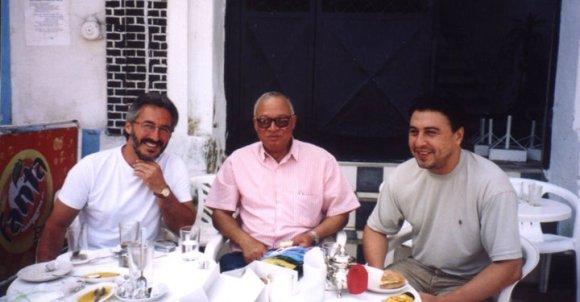 En Larache - Terraza del Café Central: Sergio Barce, Mohamed Sibari y Rachid Serroukj