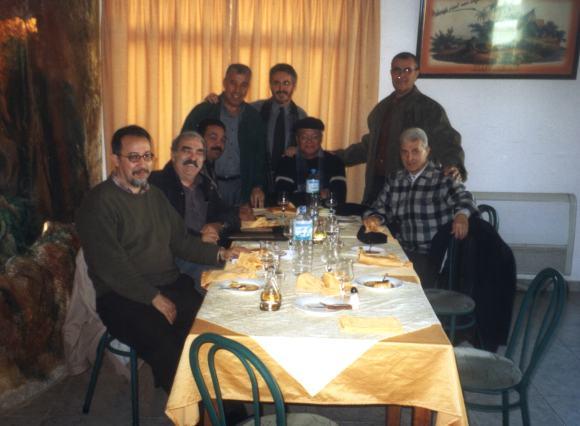 En Larache - Mohamed Sibari rodeado por Mohamed Laabi, José Luis Gómez, Mohamed Akalay, Sergio Barce, Bouissef Rekab, Said Jedidi