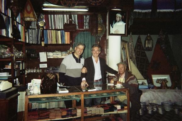 En Larache - Bazar Yebari: El Hachmi Yebari, Sergio Barce y Mohamed Sibari