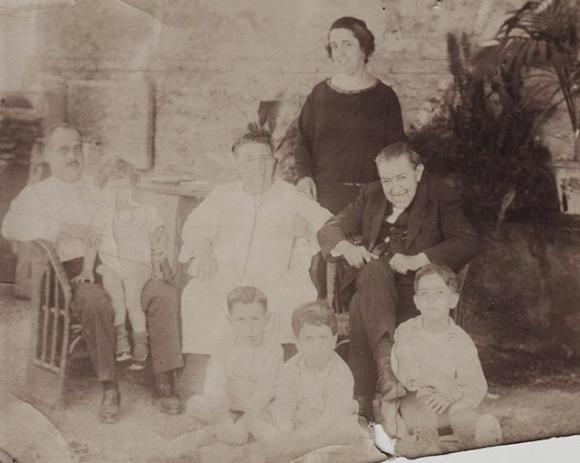 Luis García Berlanga con sus hermanos, padres y abuelos. Colección García Berlanga