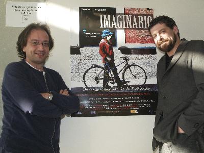 Pablo Cantos, junto al actor Mario Zorrilla, delante del cartel de su película