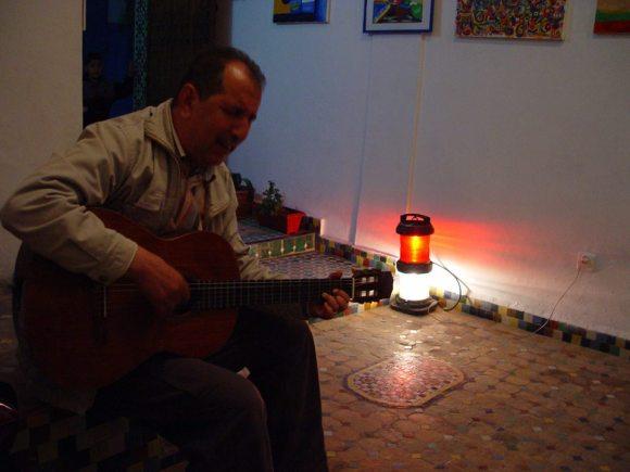 Ahmed Guenouni, actuando ayer, día de la inauguración de la exposición