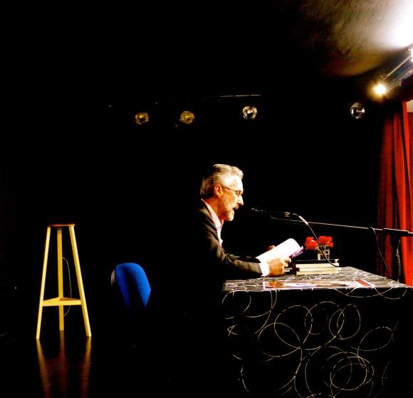 Sergio Barce leyendo en el IES Isaac Albéniz - Foto de Julio Rabadán