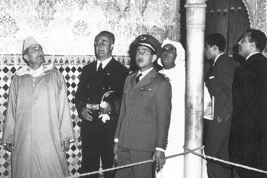 EL REY MOHAMED V EN LA ALHAMBRA - acompañado por su hijo el futuro rey Hassan II