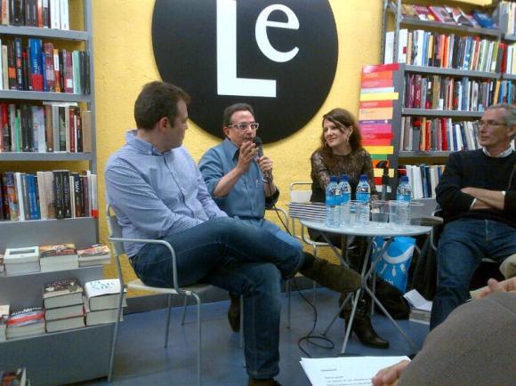 Antonio Briones interviniendo en la Librería Lé