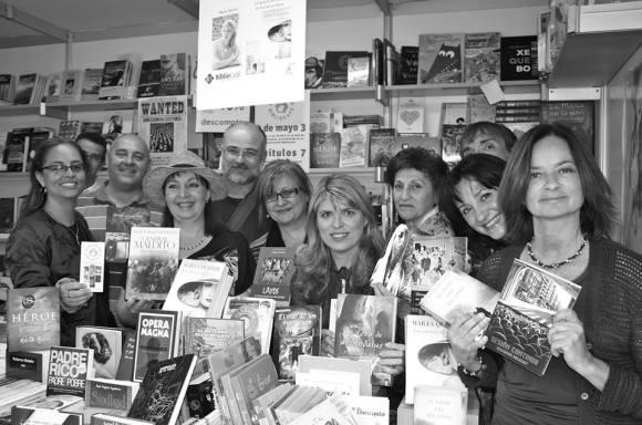 Celia Corrons con miembros de  la Generación BiblioCafé