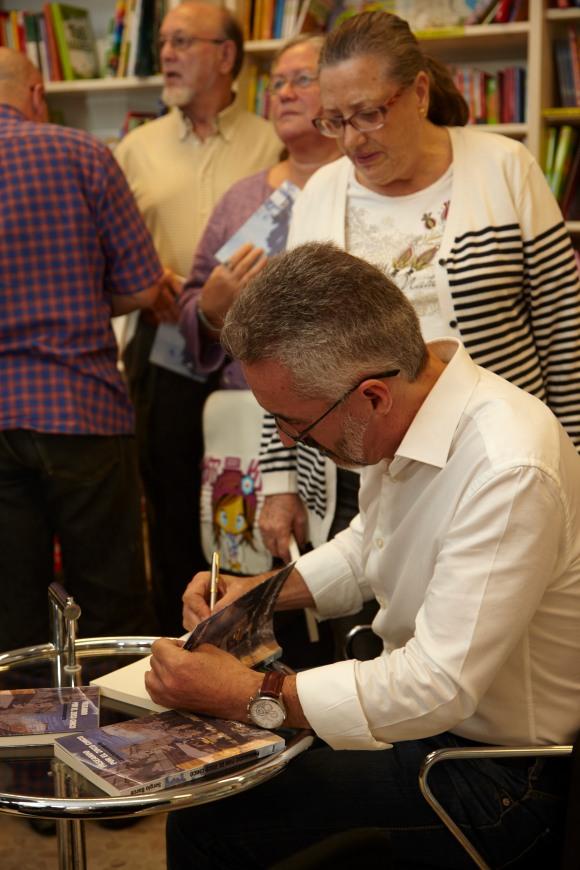 Firmando a Ana María Cuevas. Detrás Marina López, José Luis Pérez Fuillerat...