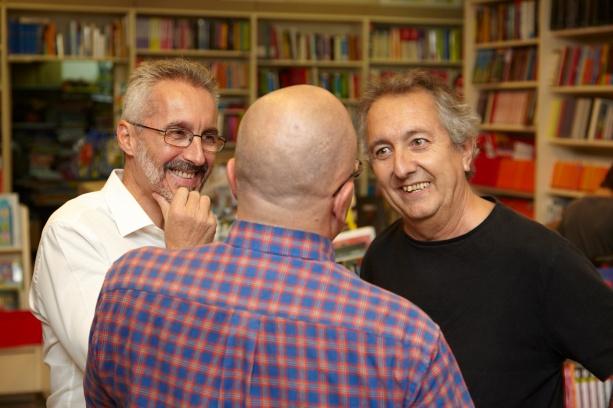 Charla previa entre escritores: Sergio Barce, Mario Castillo (de espaldas) y José Garriga Vela
