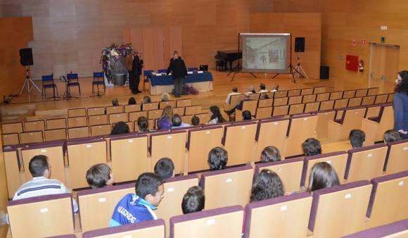 Antes de comenzar, los asistentes llegando al auditorio del Conservatorio Profesional Músico Ziryab