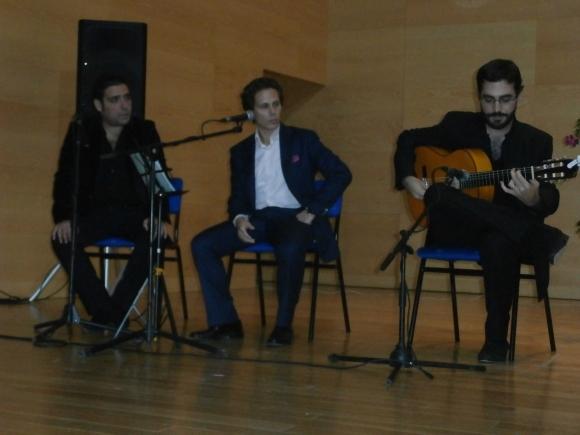 """El cantaor Juan Zarzuela y el guitarrista Gabriel Muñoz interpretando """"A Larache"""" de Carlos Tessainer"""