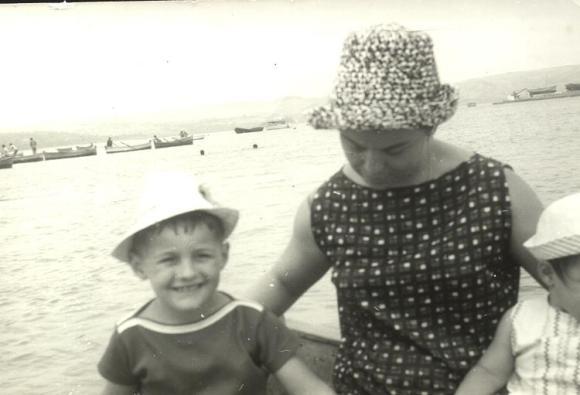 Mi madre y yo, con mi hermana, cruzando el Lukus en barca