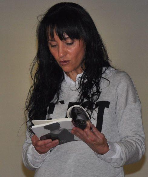 Susi Bonilla, leyendo uno de sus relatos en Wayco