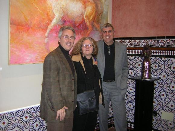 Sergio Barce, Marina López Matres y José Gabriel Martínez Yepes, larachenses - junto a una de las esculturas de Marina.