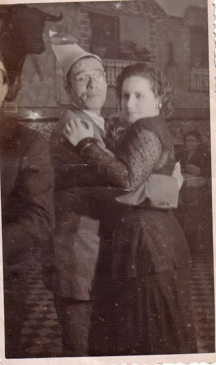 Fin de año de 1948 - Larache - Isaac Barcessat Gabay bailando con Simha Amselem
