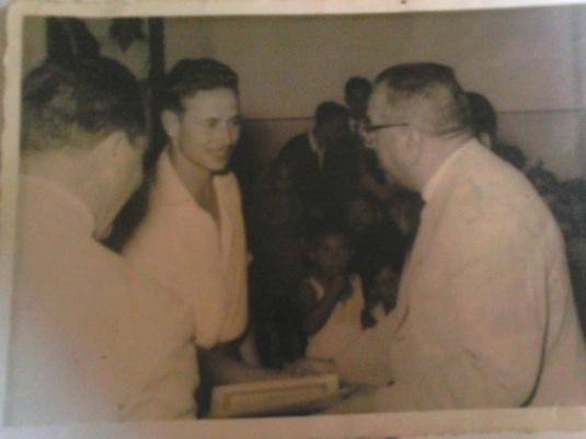 CARMELO ROSENDO recibiendo un diploma en Larache