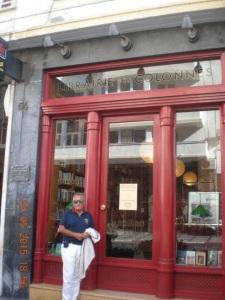 León Cohen a las puertas de la Librairie des Colonnes