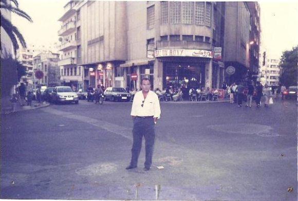 León Cohen frente al Cine Roxy