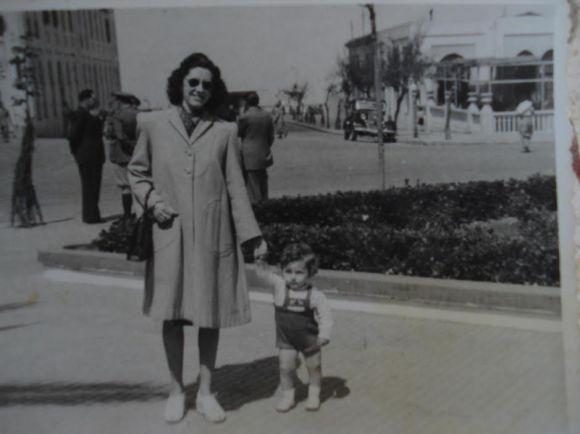 1947 - ANTONIO LOZANO CON SU MADRE EN LA PLAZA DE ESPAÑA DE LARACHE