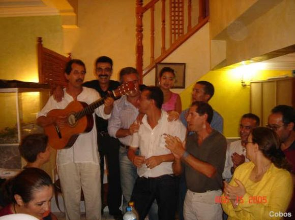 grupo cantando