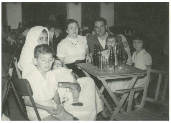 Alcazarquivir - los padres de José María con sus hermanos Juan y Maribel. José María es el niño pequeño que sostiene Fatima entre sus brazos