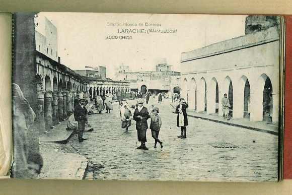 16-Larache nativo-1928-Vista de una calle del Zoco Chico.