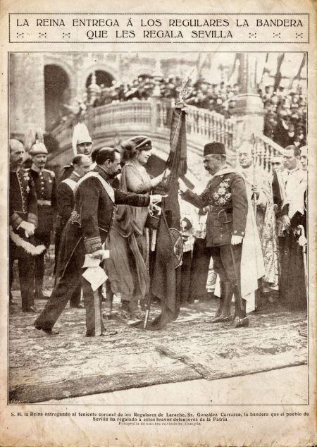 Le reina Victoria Eugenia haciendo entrega de la bandera a los Regulares de Larache. En Sevilla el 16 de octubre de 1922