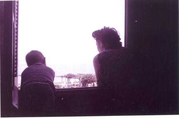 Con mi madre asomados a la ventana de nuestra casa en Mulay Ismail, sobre el Balcón